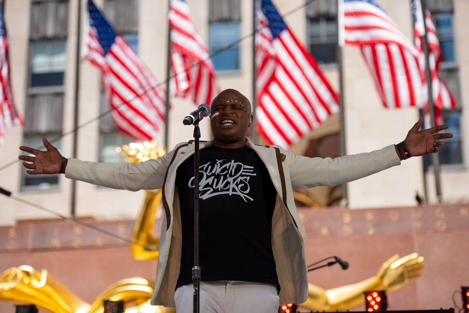 Alex Boye sings the national anthem